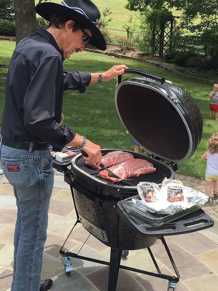 Our oval design provides you with greater cooking surface than the conventional shape of the Green Egg. Using the same cooking technology, we can slap on some juicy t-bone steaks or sizzle up some crispy asparagus as the perfect pair to any dish!
